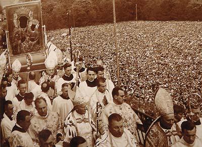 Jasna Góra 26 sierpnia 1956 r., W dniu składania Ślubów Narodu, Cudowny Obraz niesiony podczas procesji na jasnogórskich wałach